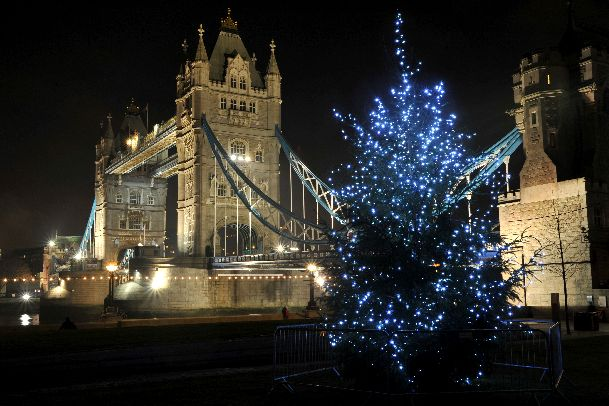 В декабре в Лондоне погода бывает разной - и приятной, и ненастной.. зато все ее минусы компенсируется праздничным настроением столицы!