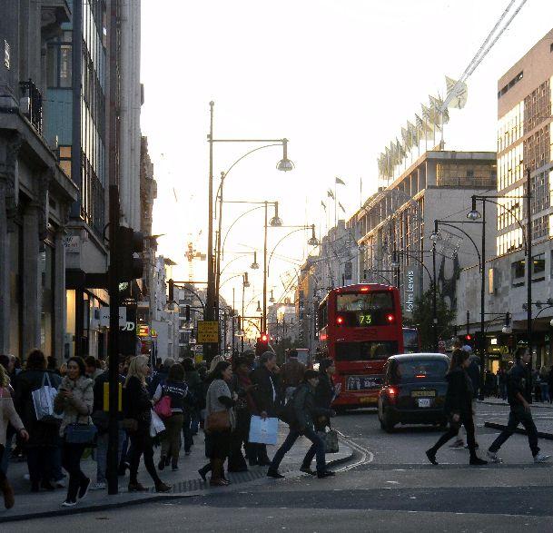 Так в ноябре одеваются Лондонцы, но равняться на них стоит не всегда и иногда стоит одеться потеплее