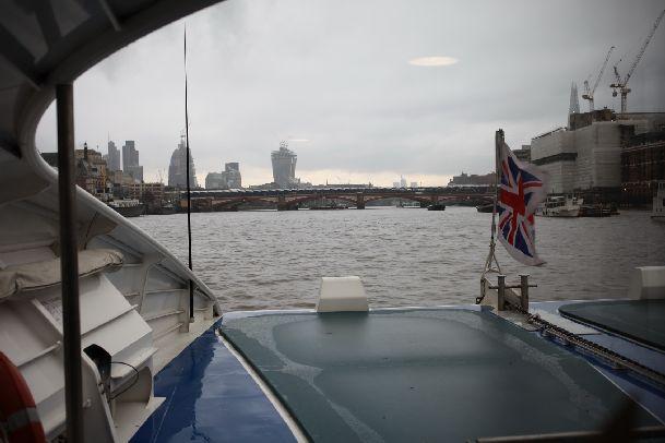 В пасмурную дождливую погоду до некоторых достопримечательностей можно добраться на уютном кораблике