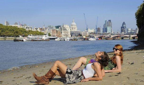 Вы удивитесь, но иногда в октябре в Лондоне можно чуть ли не загорать, что и делают эти британки