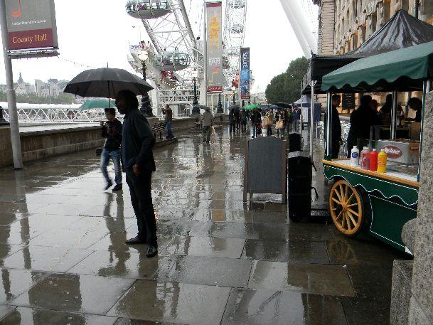 Дождь - неотъемлемая часть Лондона.. хоть и не часто, но случается здесь и в сентябре