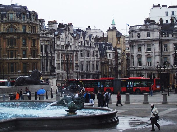 В обычный сентябрьский день приятно осматривать многочисленные лондонские достопримечательности и, например, погулять по Трафальгарской площади